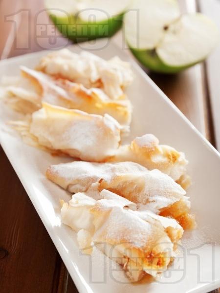 Пухкави банички от готови кори с ябълки и локум - снимка на рецептата